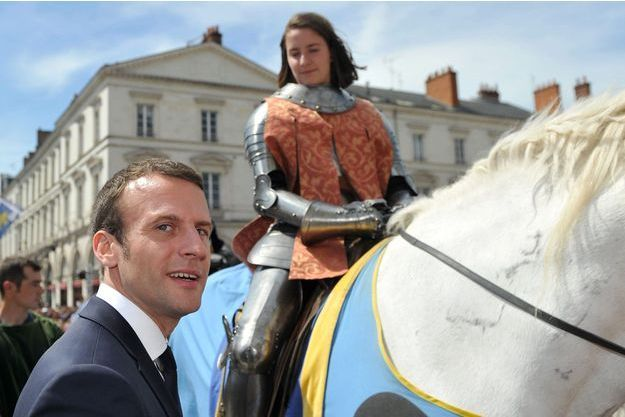Emmanuel Macron à Orléans, dimanche, avec une jeune fille dans le rôle de Jeanne d'Arc.