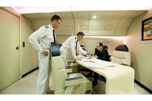 Dans la nuit du 14 au 15 janvier, à bord de l'avion qui le conduit vers les Emirats arabes unis, le président fait le point avec le général Puga (au centre), son chef d'état-major particulier, et son aide de camp.