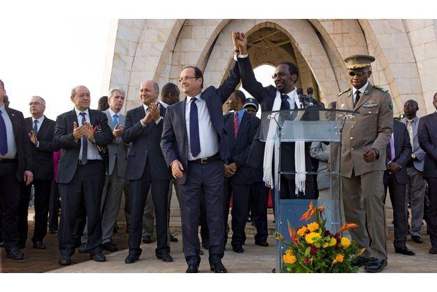 Sur la place de l'Indépendance à Bamako,  le 2février, avec le président malien Dioncounda Traoré. François Hollande est accompagné de Laurent Fabius, le ministre des Affaires étrangères, et de celui de la Défense, Jean-Yves Le Drian.