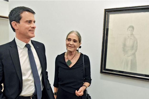 Devant un tableau de son père, Xavier Valls, à la galerie d'art madrilène  Fernandez-Braso, le 7 mars. A côté de lui, sa mère, Luisa.
