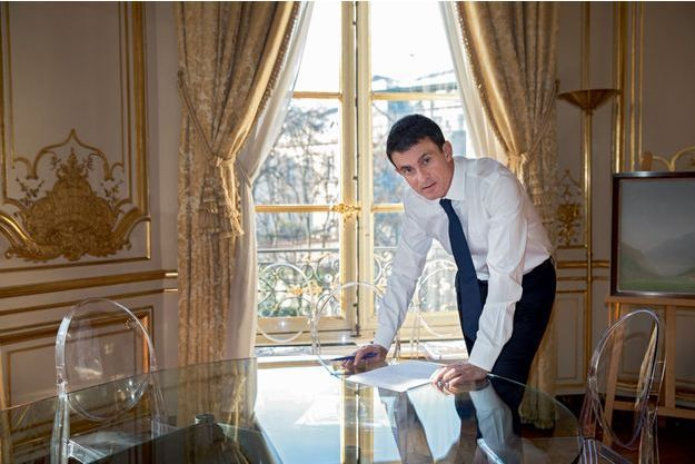 Lundi 5décembre, à midi. Rue de Varenne, Manuel Valls relit son discours.