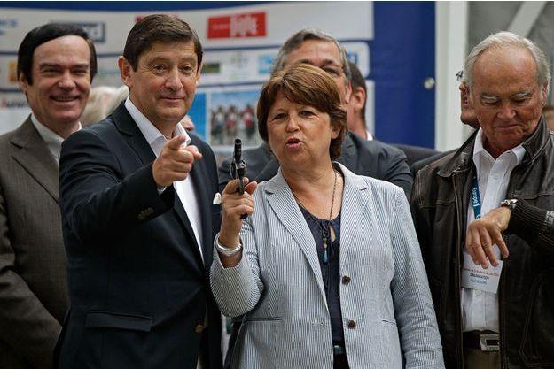 Le ministre des Sports, Patrick Kanner, aux côtés de Martine Aubry, pour donner le départ du semi-marathon de Lille, samedi.