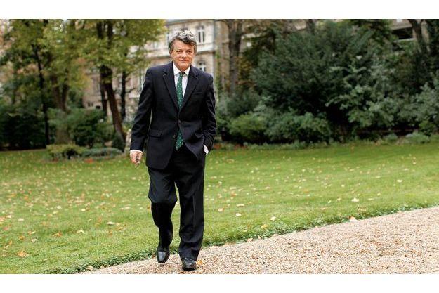 Dans les jardins du ministère de l'Ecologie, de l'Energie, du Développement durable et de la Mer, boulevard Saint-Germain,  samedi 2octobre. Habituellement,  le week-end, Jean-Louis Borloo  recevait ses interlocuteurs en jean. Désormais, il reste classique.
