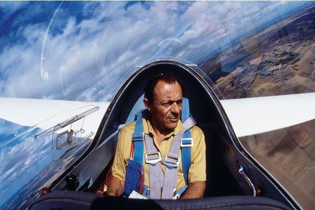 Il aimait naviguer et faire du vol à voile, comme ici en 1991.