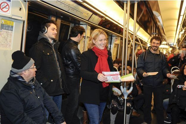 Danielle Simonnet à bord de la ligne 2 du métro de Paris.