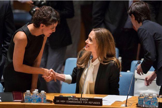 Najat Vallaud-Belkacem salue Angelina Jolie, lundi à l'ONU.