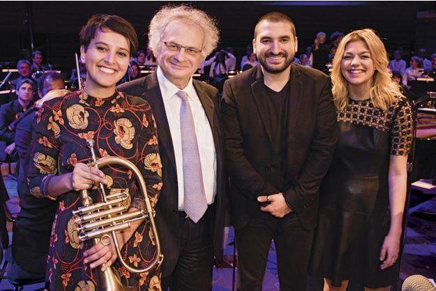 """Najat Vallaud-Belkacem, Amin et Ibrahim Maalouf, Louane Emera, à la Maison de la Radio pendant l'enregistrement de la chanson """"Un Automne à Paris""""."""