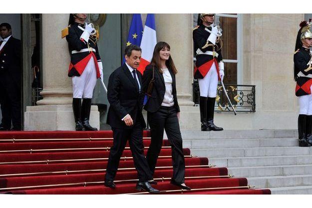 Nicolas Sarkozy et Carla Bruni quittent l'Elysée le 15 mai 2012.