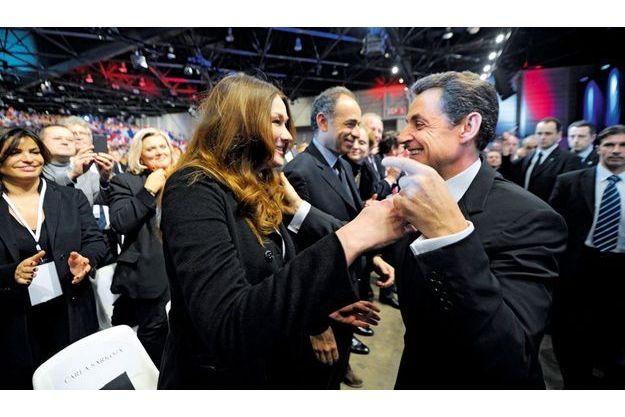 A Marseille, dimanche 20 février. Après un discours d'une heure, le candidat Sarkozy rejoint sa supportrice. Elle s'est installée discrètement, elle repartira après avoir goûté au bain de foule sous haute protection.