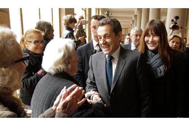 Nicolas Sarkozy et Carla Bruni au bureau de vote du lycée Jean-de-La-Fontaine, dans le XVIearrondissement, à Paris.