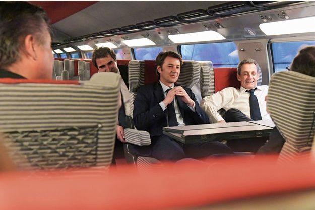 François Baroin et Nicolas Sarkozy dans le TGV qui les ramène de Lille, le 8juin. Derrière eux, Christian Jacob, président du groupe LR à l'Assemblée nationale.