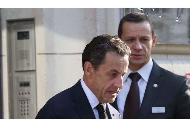 Nicolas Sarkozy le 25 mars, devant son domicile, dans le XVIe arrondissement de Paris. Il vient de s'exprimer sur Facebook, promettant de mettre toute son énergie à démontrer sa probité.