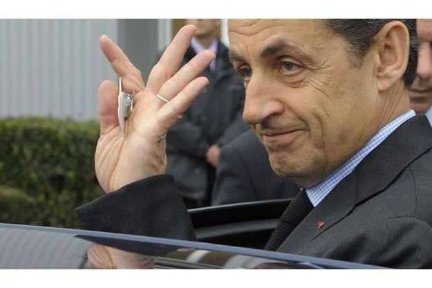 Nicolas Sarkozy, vendredi, près de la raffinerie Petroplus à Petit-Courronne (Seine-Maritime).