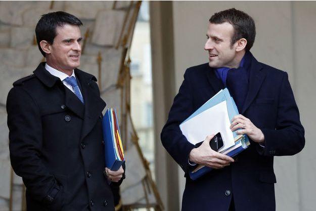 Le Premier ministre Manuel Valls avec Emmanuel Macron, alors ministre de l'Economie, le 9 mars 2016 sur le perron de l'Elysée.
