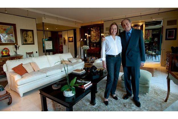Dans leur appartement de Levallois-Perret sur l'île de la Jatte, Pal Sarkozy, avec sa quatrième épouse, Inès. De nombreux tableaux témoignent de la passion du père du président pour la peinture.