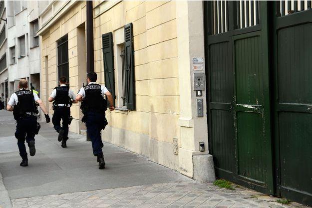 Policiers devant le quartier général du MoDem, le 18 octobre 2017 à Paris.