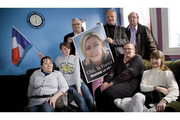 A Nassandres, des militants et sympathisants FN,  et fiers de l'être.  De g. à dr.:  Nicole Lefort,  Mélissa Leblanc, Serge Lemarinier, Emmanuel Camoin, secrétaire départemental du parti, Daniel Leblanc et son épouse, Sylvie, et Julie Camoin.