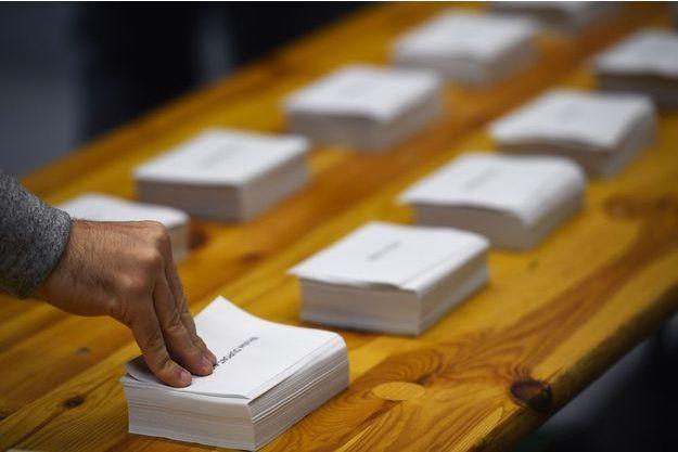 Dans un bureau de vote de Rennes, le 23 avril dernier.