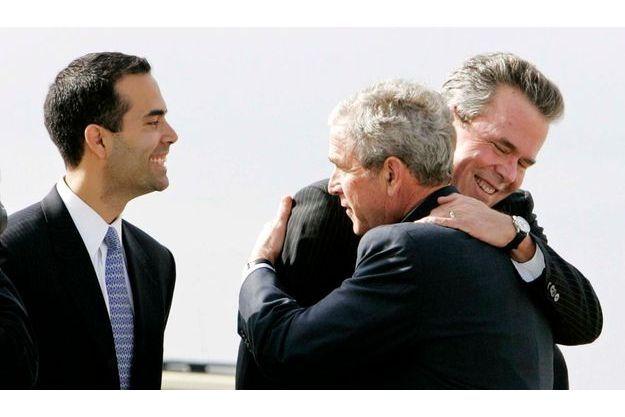 De G. à D.: George P. Bush, et Jeb Bush enlaçant son frère George W. en 2008.