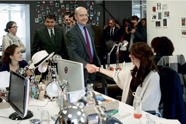 Alain Juppé lors d'une visite de l'entreprise Ulule, le 18 février.