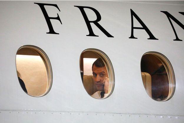 Emmanuel Macron à bord d'un Falcon 7X présidentiel, lors d'un précédent voyage, le 22 décembre, à Niamey, au Niger.