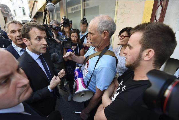 Emmanuel Macron face aux opposants à la loi Travail, à Lunel, dans l'Hérault, vendredi.
