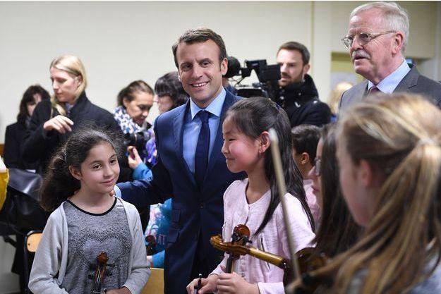 Emmanuel Macron et le maire d'Avallon Jean-Yves Caullet avec les élèves de l'école primaire Victor Hugo, le 23 mars 2017.