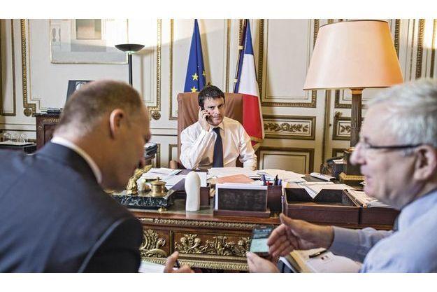 Manuel Valls avec Jean Daubigny (à dr.), son directeur de cabinet, et son adjoint, Renaud Vedel.