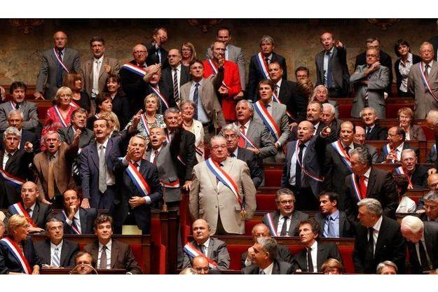 Pour protester contre la suspension de séance imposée mercredi matin par le président de l'Assemblée nationale, Bernard Accoyer, des élus de l'opposition ont revêtu leur écharpes tricolore de députés.