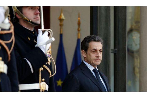 Vendredi 10 février, sur le perron de l'Elysée, Nicolas Sarkozy attend le Premier ministre libanais Najib Mikati, en visite à Paris.