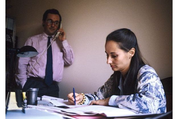 En 1988, Ségolène Royal, députée socialiste des Deux-Sèvres, travaille sur un dossier en présence de son compagnon François Hollande.