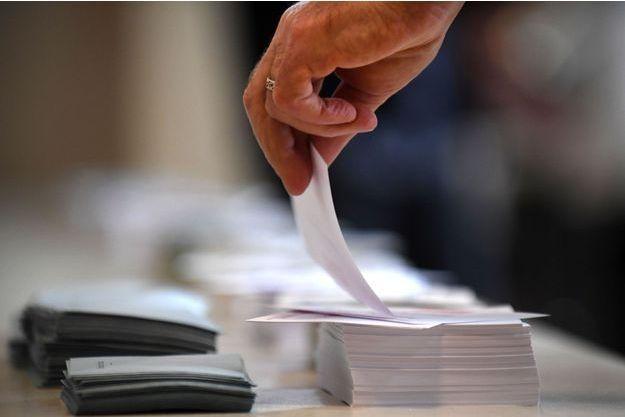 Dans un bureau de vote de Carhaix-Plouguer, dans le Finistère, dimanche.
