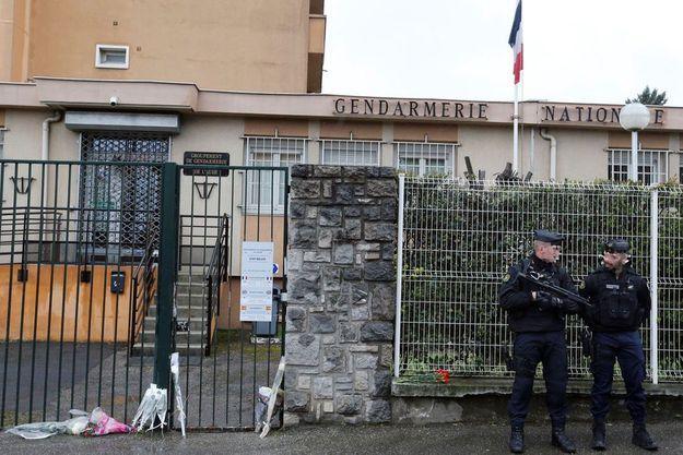 Des hommages à Arnaud Beltrame à la gendarmerie de Carcassonne.