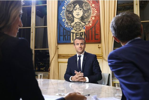 Emmanuel Macron dans son bureau à l'Elysée, dimanche soir.