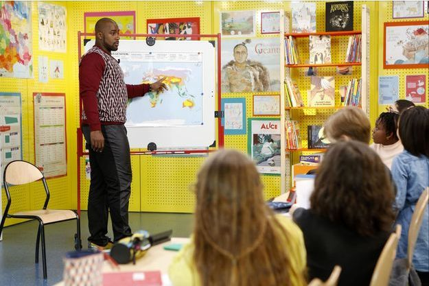 """Teddy Riner échange avec les écoliers de l'émission """"Au tableau!""""."""