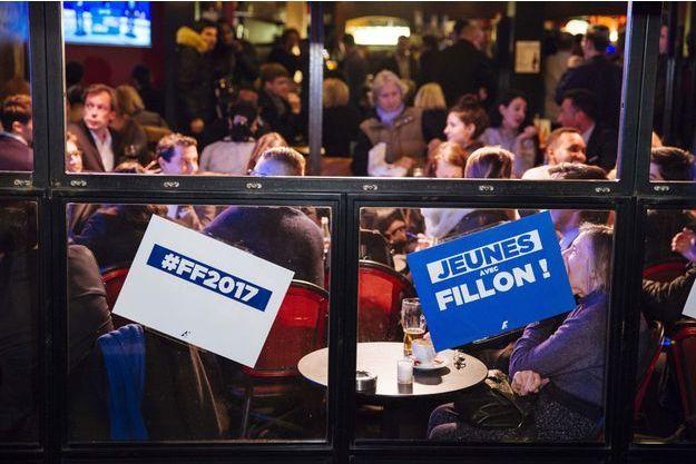 Réunion de partisans de François Fillon dans un bar parisien, pour le débat des primaires du 24 novembre 2016.