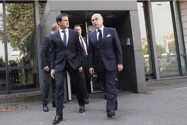Manuel Valls et Bernard Cazeneuve au commissariat de Savigny-sur-Orge, dans l'Essonne.