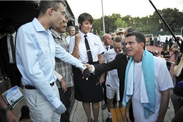 Manuel Valls, Jean-Yves Le Drian et le général Pierre de Villiers au stade Emile Anthoine avec la Lieutenant-colonel Piffre (au centre), Luc (à g.) et Damien, blessés dans un accident aérien