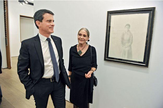 Manuel Valls devant un tableau de son père, Xavier Valls, à la galerie d'art madrilène Fernandez-Braso, le 7 mars. A côté de lui, sa mère, Luisa.