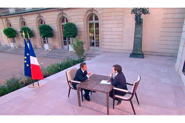 Nicolas Sarkozy interviewé par David Pujadas sur le perron de l'Elysée.