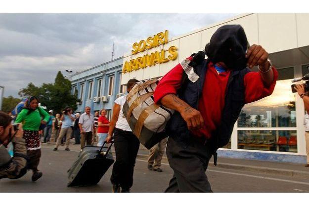 Des Roms arrivent de Marseille à l'aéroport de Bucarest, en Roumanie, le 14 septembre.