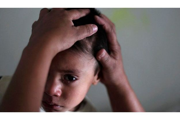 L'objectif est aussi de mettre fin à la transmission du sida de la mère à l'enfant. Sur la photo, un petit garçon est examiné à l'hospice San Jose à Sacatepequez, au Guatemala, où environ 68 patients infectés par le VIH, âgés de 44 jours à 18 ans, ont reçu des soins médicaux gratuits à l'occasion de la Journée mondiale du Sida.