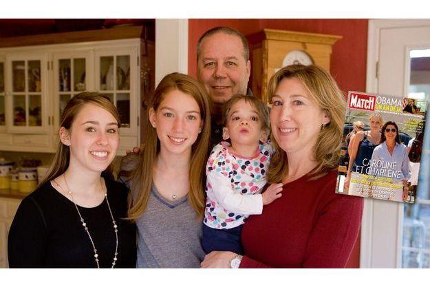 Brooke et ses parents, Howard, cadre sup de 52 ans dans une chaîne de restauration collective, et Melanie, considèrent Brooke comme un cadeau. Ses sœurs, Caitlin, 19 ans (à g.), et Carly, lui apportent une affection sans faille.
