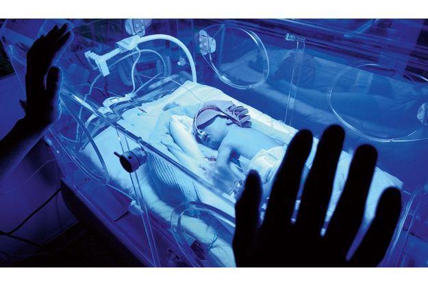 A l'hôpital Port-Royal, à Paris, Laure a 36 semaines et  2 jours, elle mesure 45cm et  dort sous photothérapie, le crâne protégé pour éviter  les pertes de chaleur.