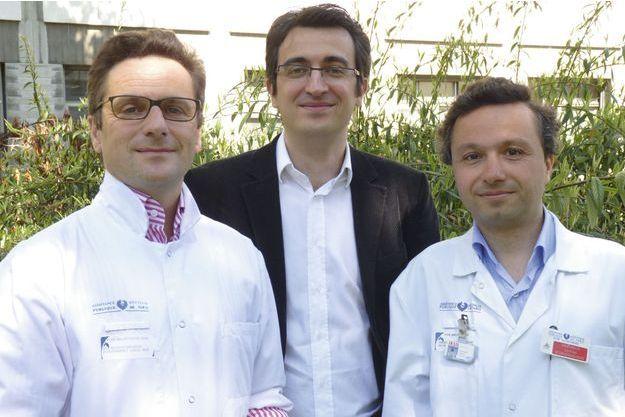 De g. à dr., le Pr Louis Puybasset,  ici avec Vincent Perlbarg, chercheur à l'ICM, et le Dr Damien Galanaud, neuroradiologue, explique ce nouvel outil statistique qui évalue les chances d'un retour à la conscience.