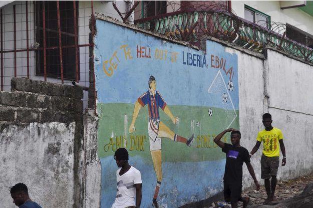 """Une fresque dit """"Va en enfer Ebola, dégage du Liberia et ne reviens pas!"""""""