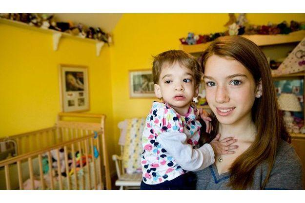 Brooke adore les câlins de Carly, 13ans,  qui a presque quatre ans de moins qu'elle.