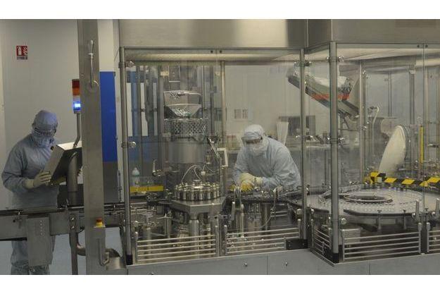 Dix doses dans un flacon. A Val-de-Reuil, près de Rouen, 1000 personnes travaillent sur la grippe.