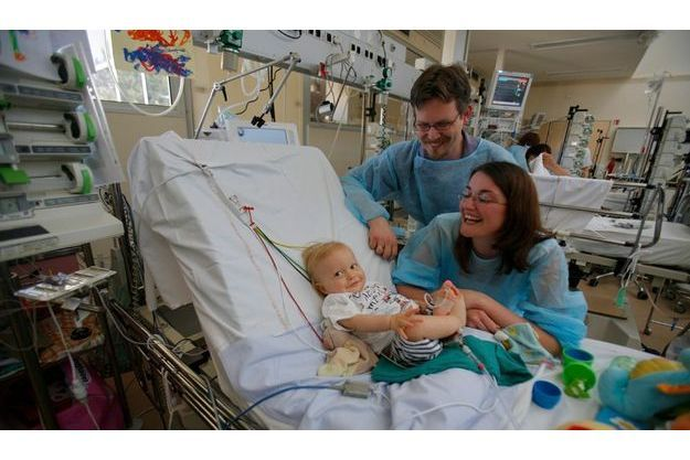 En sursis. Lyon, mardi 2 juin. Entouré de ses parents, Amandine et Jérémie Tourdot, Titouan est relié à un cœur artificiel, en partie visible sous son tee-shirt. Des électrodes aux fils de couleurs sont collées sur son thorax. Il aime s'amuser avec celle qui, agrippée à son pied, mesure son taux d'oxygène.