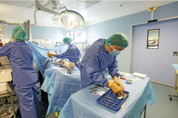 Au bloc du Centre Arthrosport à Marseille. Le Dr Assor procède en une seule étape: ponction de la mœlle osseuse du bassin, filtration, centrifugation, extraction des cellules souches puis injection dans le genou du patient atteint d'arthrose grave, pour reconstituer le cartilage..